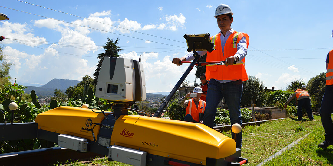 A Consorcio IUYET team using a Leica SiTrack reality capture system.