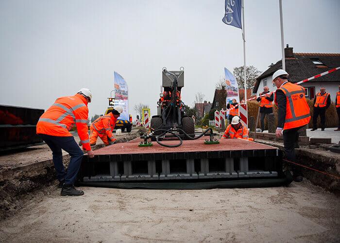 Ein 100 Fuß langer Radweg wurde in Giethoorn in den Niederlanden gebaut. Mit freundlicher Genehmigung von PlasticRoad.
