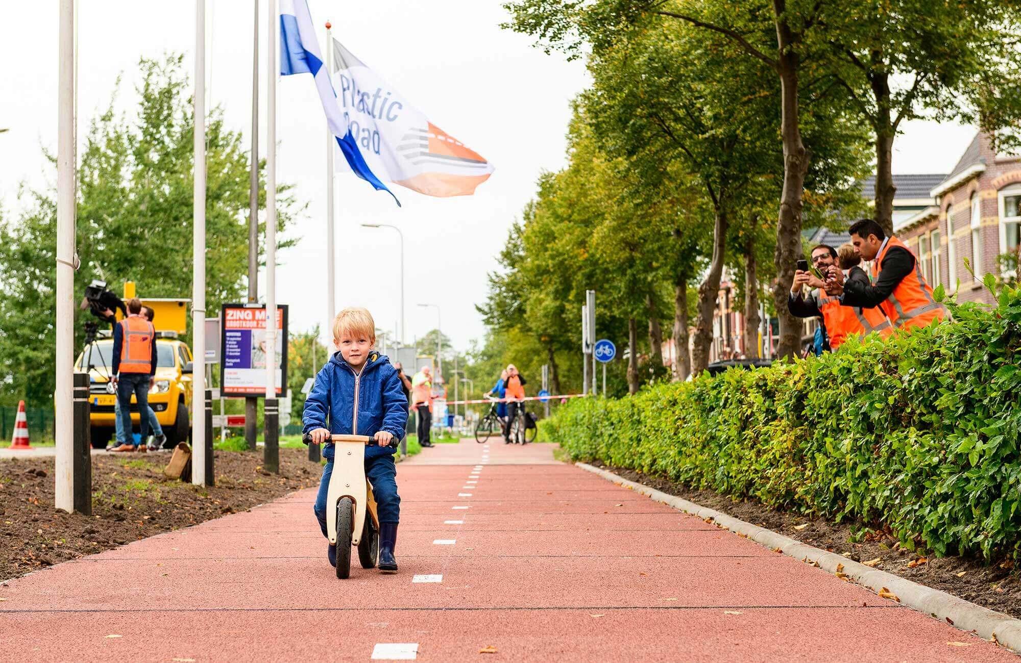 PlasticRoad hat bereits den niederländischen Water Innovation Award, einen Infratech Innovation Award und den Cobouw Award für das Produkt des Jahres erhalten. Mit freundlicher Genehmigung von PlasticRoad.