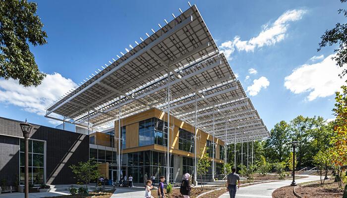 Le Kendeda Building for Innovative Sustainable Design est durable et possède un toit végétal, des réservoirs pour la collecte et la réutilisation de l'eau de pluie, ainsi qu'un auvent solaire