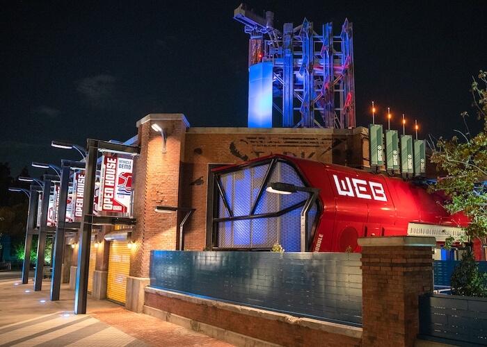 La nouvelle attraction Web Slingers sur le Marvel Avengers Campus comprend une visite du laboratoire de la Worldwide Engineering Brigade (WEB) de Stark Industries.