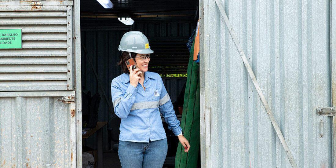 En el universo de la construcción, históricamente asociado al mundo masculino, las mujeres representan menos de 10 %, como es el caso de Caroline Machado de Abreu, líder del área de innovación en Camargo Corrêa Infra, de Brasil. Gentileza de Caroline Machado de Abreu.