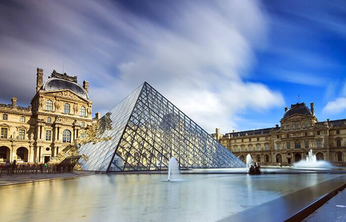 Peis symbolträchtige Glaspyramide am Louvre in Paris.