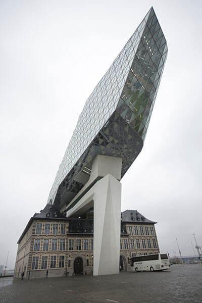Ähnlich einem riesigen Schiff im Dock erhebt sich das Gebäude der Hafenverwaltung von Antwerpen. Mit freundlicher Genehmigung von SPIE.