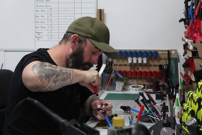 """Ego-Gründer Richard """"Bez"""" Beston hätte sich nie träumen lassen, dass er eines Tages Tätowiermaschinen herstellen würde. Mit Hilfe von Autodesk Fusion 360 verkauft sein Unternehmen heute über 3.000 Stück im Jahr. Mit freundlicher Genehmigung von Ego."""