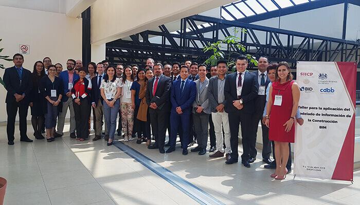 Mitarbeiter von Mott MacDonald mit Mitgliedern der örtlichen Delegation auf einem BIM-Workshop in Mexiko. Mit freundlicher Genehmigung von Mott MacDonald.