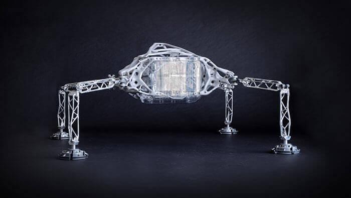 Diese interplanetare Raumsonde ist das Ergebnis einer Forschungskooperation zwischen dem Jet Propulsion Laboratory der NASA und Autodesk. Der Entwurf wurde mit Generativem Design erstellt und mit einer Kombination aus additivem Metalldruck, Metallguss und Fräsbearbeitung umgesetzt.