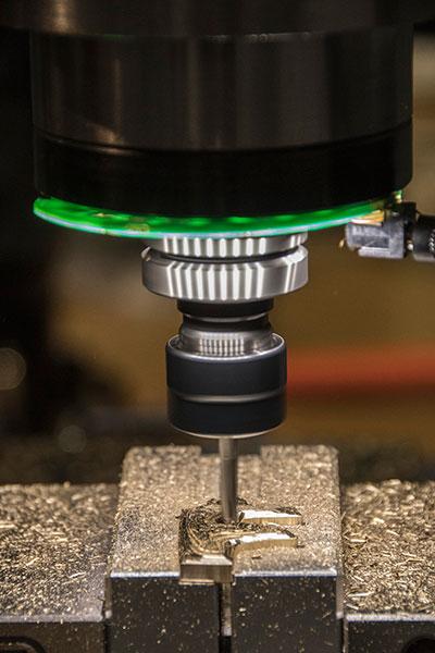 Eine CNC-Maschine von Tormach beim Metallfräsen