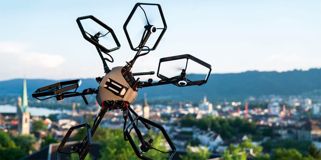 Eine mit sechs Achsen ausgestattete Drohne über der Stadt Zürich. Mit freundlicher Genehmigung von Voliro.