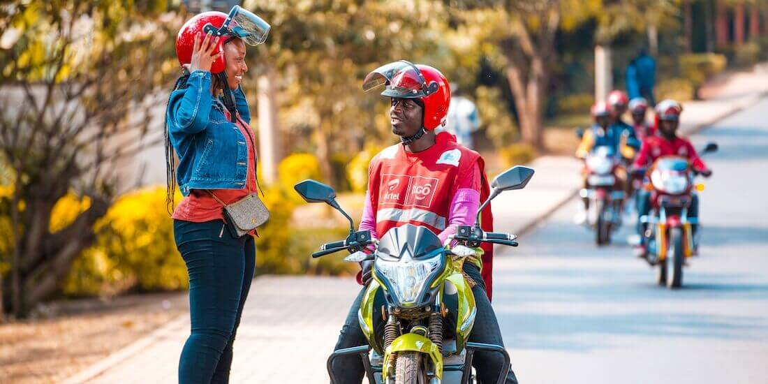Autos sind teuer und das Netz an öffentlichen Verkehrsmitteln mehr als löchrig. Deshalb sind Mototaxis in Ruanda das Transportmittel Nummer eins. Mit freundlicher Genehmigung von Ampersand Mototaxis.