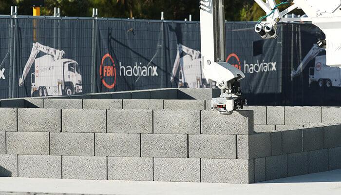 Eine Nahaufnahme von Hadrian X bei der Verlegung von Mauerblöcken. Mit freundlicher Genehmigung von FBR.