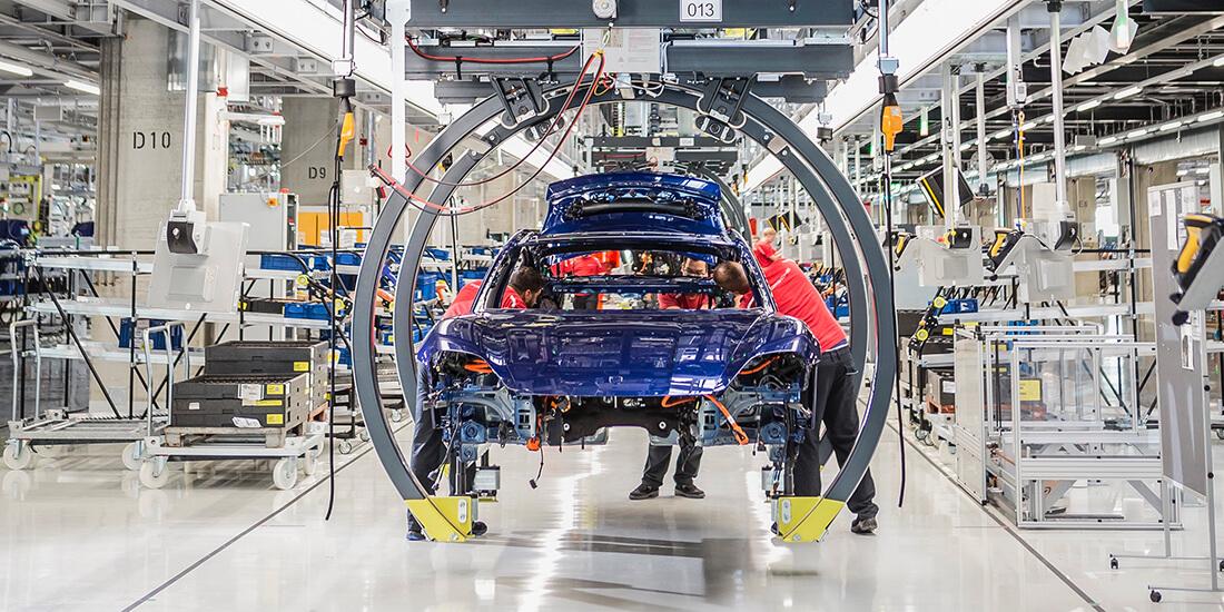 Hier wird der erste vollelektrische Sportwagen von Porsche gebaut: der Taycan. Die komplexe Fabrik wäre ohne digitale Planung nicht möglich gewesen. Credit: Porsche AG