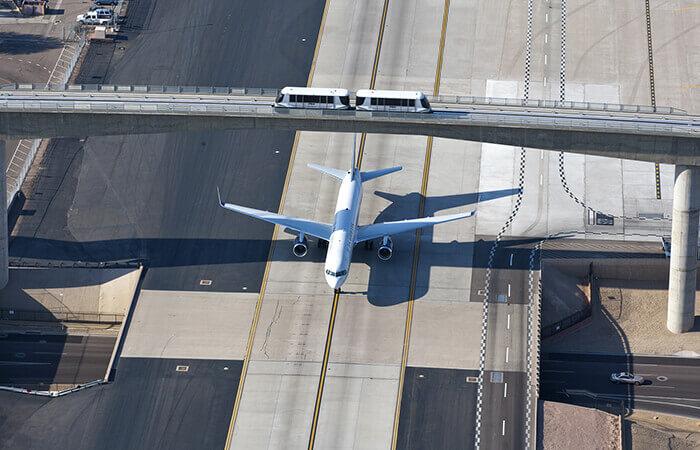 Der PHX Sky Train befördert Passagiere über eine in Betrieb befindliche Rollbahn. Mit freundlicher Genehmigung des Phoenix Sky Harbor International Airport.