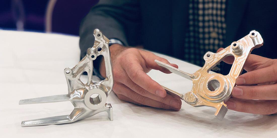 Generatives Design ist nur für die additive Fertigung sinnvoll? Von wegen! Die abgebildeten Werkstücke wurden mit Generativem Design entworfen und im CNC-Fräsverfahren mit 3-Achs-Bearbeitung (links) bzw. 2,5-Achs-Bearbeitung gefertigt.