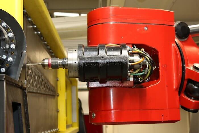 Nahaufnahme eines auf subtraktive Zerspanungstechnik spezialisierten Fräsroboters. Mit freundlicher Genehmigung von LASIMM.