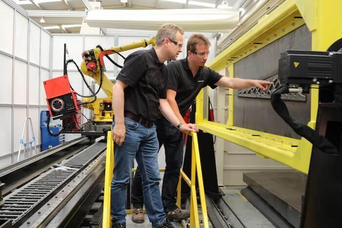 Erprobung schwerer Maschinerie im Hause LASIMM: Projektmanager für Forschung und Innovation Johnny van der Zwaag (links) mit dem Leiter der Forschungsabteilung Franck Messmer (rechts). Mit freundlicher Genehmigung von LASIMM.