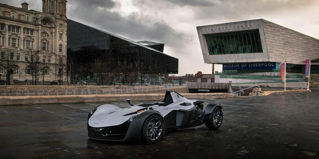 Die neue Version des Sportwagens Mono der Briggs Automotive Company (BAC), hier vor dem Museum of Liverpool, wurde kürzlich in England vorgestellt. Mit freundlicher Genehmigung von PaulHPhoto.