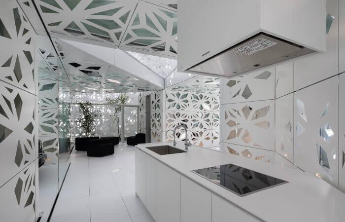 Die Küche im EQ-Haus: Ausschnitte in den Wandpaneelen sorgen für einen optimalen Lichteinfall von außen und streuen innen Kunstlicht. Mit freundlicher Genehmigung von Noboru Inoue.