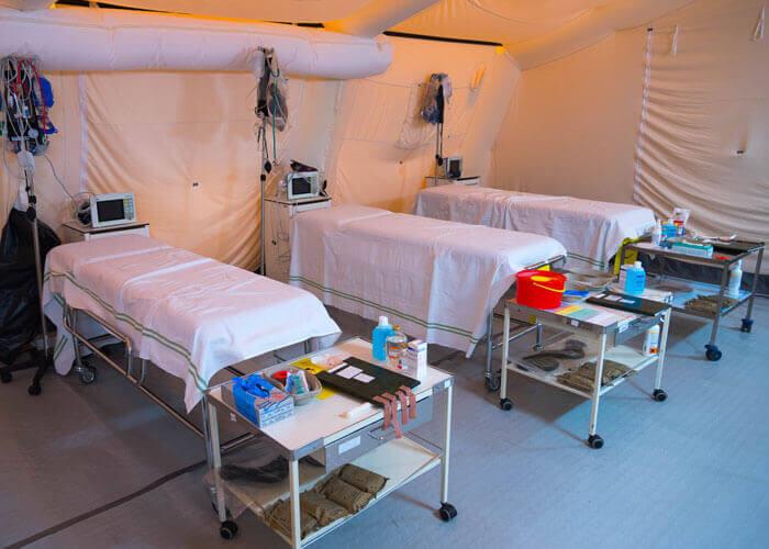 Betten in einem mobilen Sanitätszelt.