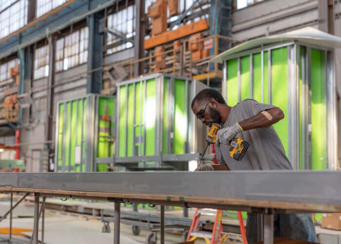 Ein Arbeiter fertigt auf dem Werksgelänge von BLOX in Bessemer (US-Bundesstaat Alabama) Raumzellen für medizinische Systembauten, die nach dem Baukastenprinzip funktionieren.