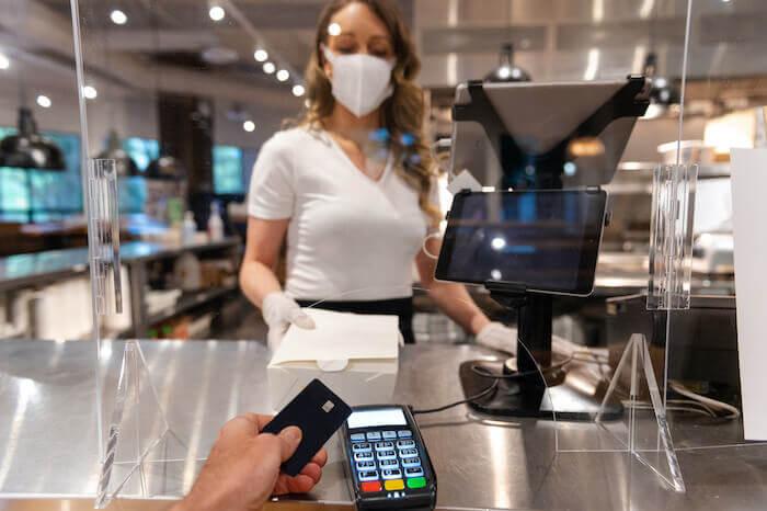Nicht nur das Bezahlen wird zunehmend kontaktlos, auch der Speisebereich eine Lokals wird in Zukunft so gestaltet sein, dass Abstand halten zwischen fremden Gästen besser möglich ist.