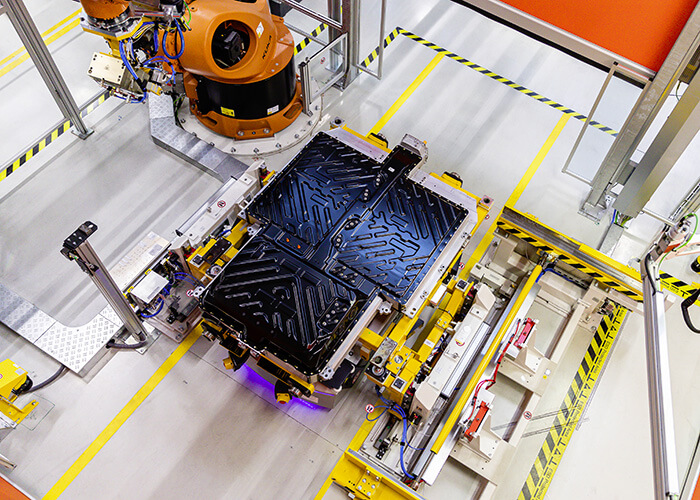 Über 20 Gigafactories gibt es derzeit in ganz Europa, wie hier die Batterieproduktion bei der Mercedes-Benz Tochter Accumotive in Kamenz, Sachsen, Deutschland.