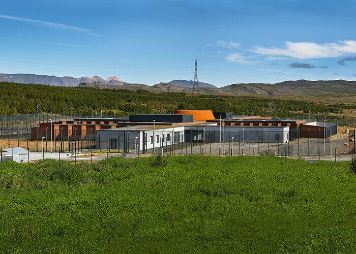 Hólmsheiði ist der erste Neubau einer JVA in Island seit Ende des 19. Jahrhunderts und ein gutes Beispiel für nachhaltige, skandinavische Architektur.