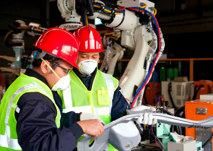 Robotik als Teil der Industrie 4.0. Für die Produktion der Zukunft müssen Arbeitnehmer neue Technologien erlernen.