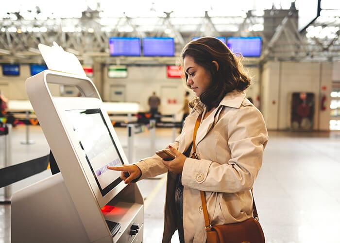 Wie verändert sich Arbeit durch KI und Automatisierung: Weniger Servicepersonal, dafür Automaten an Flughäfen