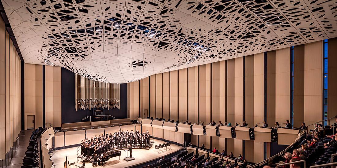 ジェネレーティブ デザインで設計されたアイオワ大学ヴォックスマン ミュージック ビルディングのコンサート ホールの吸音天井