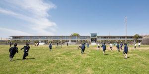木造と RC 造のハイブリッド工法による栄光学園の新校舎: 大地に近い「みらいの学校」