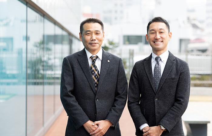 大和ハウス工業 東京本社 情報システム部で集合住宅事業ソリューショングループのグループ長を務める山崎貴史氏 (左) と、同グループ主任の播田雅也氏