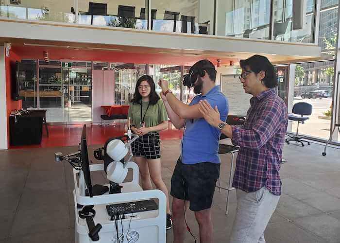 Autodesk Technology Centre 内の Marion Surgical で VR 手術シミュレーションのワークショップを指揮するジェイソン・Y・リー医師