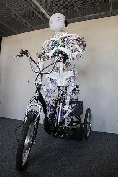 Roboy 2.0 : le robot humanoïde qui sait pédaler sur un vélo