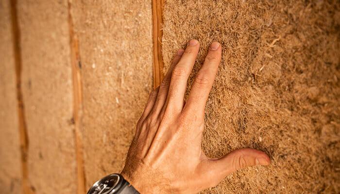 Le biomimétisme pour l'architecture durable : isolation de fibres perméables à la vapeur, à base de plantes en laine de chanvre chez Hempitecture