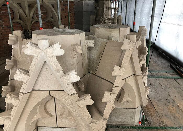 Les artisans traditionnels s'aident d'outils numériques pour rafraîchir les façades en pierre naturelle de la Domtoren.
