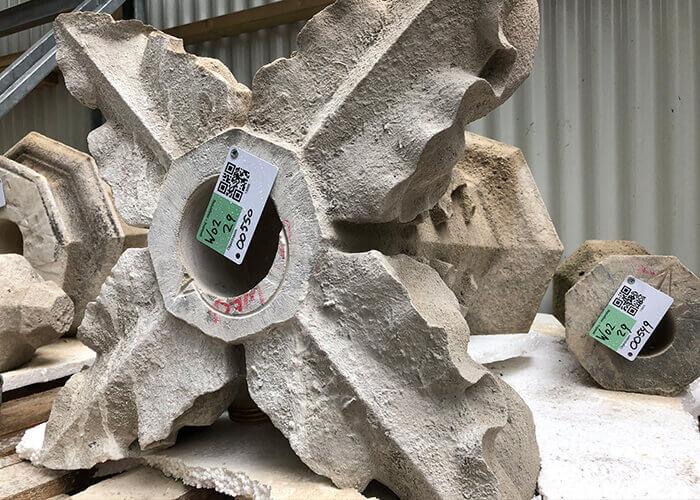 Conservation du patrimoine: Briques, pierres et ornements sont saisis dans le système d'enregistrement des blocs et associés à un code QR.