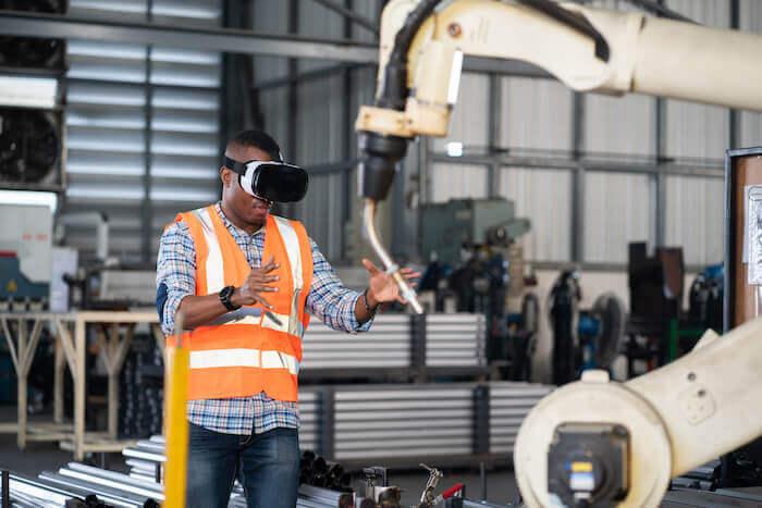 Combinée à l'IA, la réalité virtuelle (RV) et la réalité augmentée (RA) permettent de réduire les délais de conception et d'optimiser les processus de la chaîne de montage en améliorant la vitesse et la précision des personnes qui y travaillent.