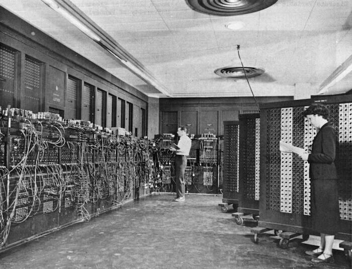 IA et fabrication: L'ENIAC (Electronic Numerical Integrator and Computer) fut le premier ordinateur numérique électronique programmable.