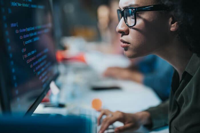 Bien que l'IA soit de plus en plus présente et importante dans la fabrication de par sa capacité à détecter des schémas au sein de vastes quantités de données beaucoup plus rapidement que ne le feraient des humains, le développement de l'IA nécessite toujours la présence de personnes expertes.