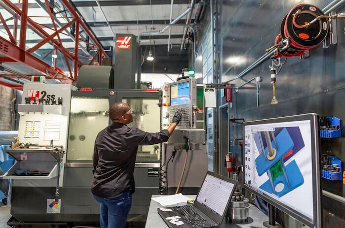 IA et fabrication: Avec les machines de fabrication plus récentes, vous pouvez visualiser ce que vous faites sur un écran, sur le système lui-même ou via un ordinateur. Des capteurs fournissent des informations sur divers facteurs, notamment la fourniture des matériaux et la consommation électrique.