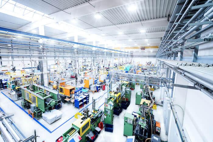 En aidant l'opérateur potentiel à repérer les problèmes de sécurité et à améliorer l'efficacité du déroulement des tâches, l'IA à un rôle à jouer dans l'aménagement et l'optimisation d'une usine.