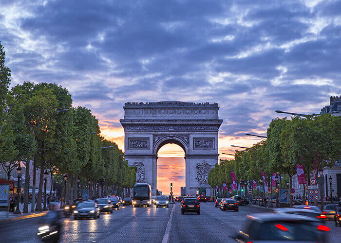 La célèbre avenue des Champs-Élysées avec son Arc de Triomphe, bordée d'une allée d'arbres
