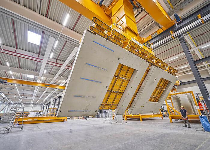 Les éléments en béton préfabriqués permettent aux entreprises de construction telles que Max Bögl de construire des sites de production en quelques mois seulement.