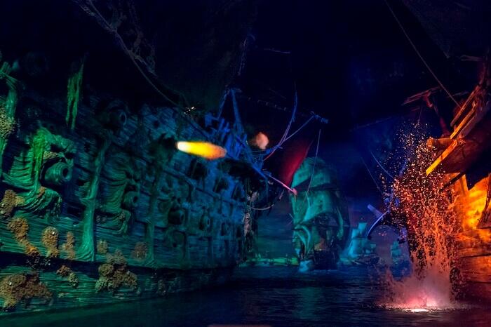 L'attraction « Pirates des Caraïbes » (Pirates of the Caribbean : Battle for the Sunken Treasure), au Disneyland de Shangaï, montre à quel point les parcs Disney ont évolué grâce à la technologie, notamment l'animatronique interactive de nouvelle génération et les médias numériques immersifs.