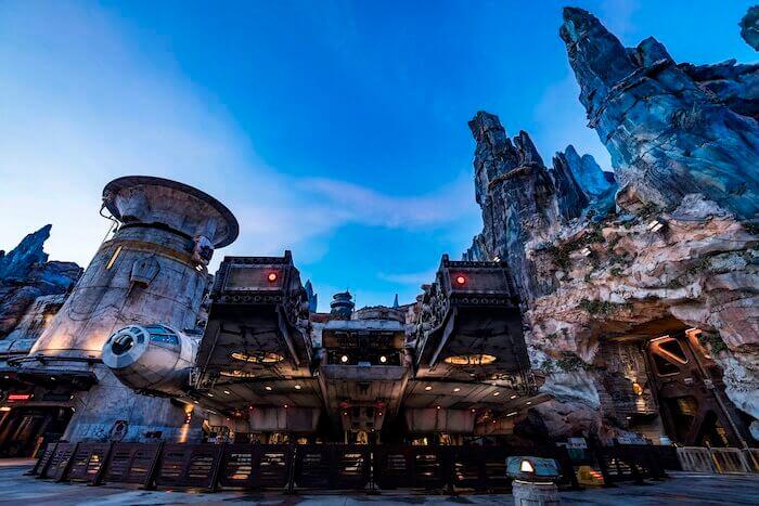 Des centaines de modèles BIM ont permis d'aboutir à la convergence nécessaire pour construire le Faucon Millenium, attraction phare de 33 mètres de l'ambitieux parc à thème Star Wars Galaxy's Edge de Disneyland.