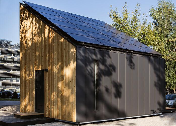 Edifici a energia positiva:Per il tipico clima europeo, il sistema da 24 pannelli solari della Solace House può produrre, in un anno, una quantità di energia leggermente superiore rispetto a quella che i proprietari di casa utilizzeranno.