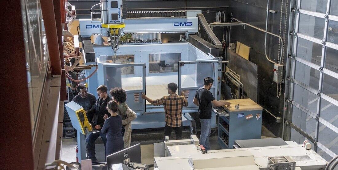 Al lavoro nel laboratorio delle macchine a controllo numerico dell'Autodesk Technology Center di San Francisco.