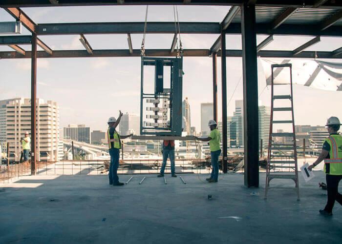 Il team di Miller Electric scarica i moduli di un trasformatore per un edificio in Florida.