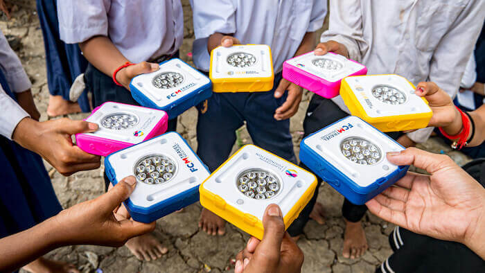 povertà energetica: Aprile 2019, distribuzione nel villaggio galleggiante di Prek Toal, Cambogia